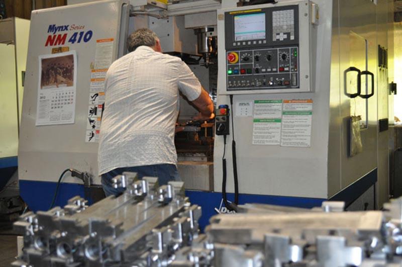 Radnik za CNC mašinom